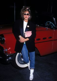 - 1981- Sarah Jessica Parker is wearing an oversized blazer, jeans and T-shirt combined with sneaker and sports socks, what was fashionable in the 80s. -