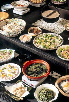 """有馬温泉 旅館 月光園 游月山荘游月山荘では、「マクロビオティック」「アンチエイジング」「デトックス」の考えを取り入れ、北は日本海、南に瀬戸内海、太平洋そして内陸部には丹波、播州、北摂三田と、食材が豊かな兵庫県の地元で採れた野菜を中心に、その豊富な食材をふんだんに用いて「身土不二」「地産地消」「一物全体」をテーマに""""健康""""で""""安全""""な本格和食ビュッフェを造り続けております。 月光園の和食職人の技術が詰め込まれたお料理の数々を是非、ご賞味下さいませ。"""