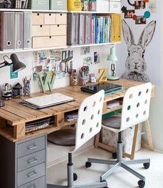 puinen työpöytä tallennustilaa ja tuolit pyörillä