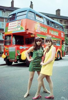 Swinging London fashion, 1967 kitsch photo mary quant british fashion and a good old double decker bus summer holiday anyone ? 60s And 70s Fashion, Mod Fashion, Vintage Fashion, Fashion Tips, Fashion Websites, 1960s Fashion Dress, British Fashion, 2000s Fashion, Color Fashion