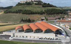 Sus vinos ya llevaban en la etiqueta el nombre de Ribera de Duero 55 años antes de que naciera la denominación de origen, aunque en 1927 lo...