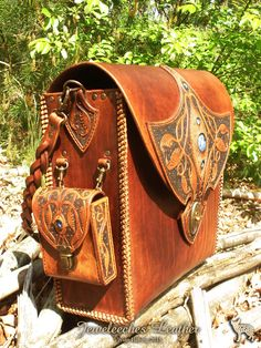 Made this leather shoulderbag, ofcourse with my own design and glass bead eyes…