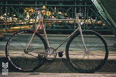 Sleek essentials. MagneticBikeLights X @fixedbroz 🙌🏻🙌🏻🙌🏻 #magneticbikelights #copenhagenparts #steelisreal #fixedgear #brakeless #budapest #hungary #vscocam #vsco #cycling #bicycle