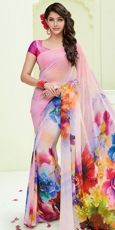 It has pretty printed work on it which gives a beautified look to you,silk printed designing work on it with sleeves blouse. Indian Clothes Online, Indian Sarees Online, Floral Print Sarees, Printed Sarees, Saree Blouse Patterns, Saree Blouse Designs, Indian Dresses, Indian Outfits, Beautiful Saree