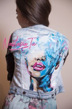 8 celebrities who are not afraid to wear the same clothes in public and we admire them - Best DIY and Crafts Ideas Painted Denim Jacket, Painted Jeans, Painted Clothes, Diy Clothing, Custom Clothes, Denim Kunst, Diy Fashion, Ideias Fashion, Jeans Drawing
