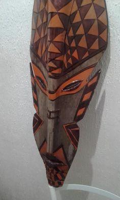 máscara africana em folha de casca de coqueiro