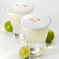 Invented in Peru circa the 'Pisco Sour' uses Peruvian grape brandy (Pisco) that has a bit of bite: egg white, sugar, lime & bitters create the balance in this creamy delight! Peruvian Drinks, Peruvian Pisco, Peruvian Cuisine, Peruvian Recipes, White Cocktails, Summer Cocktails, Sour Cocktail, Cocktail Recipes, Recipes