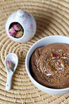 Petite crème de chocolat cru & pétales de fleurs séchées issue du post {Réaliser 5 crèmes dessert au chocolat cru en 5 minutes} / Chaudron pastel - naturopathie