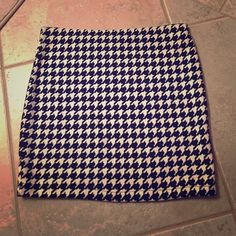 """Houndstooth Mini Skirt Forever 21 houndstooth mini skirt with elastic waistband. Size Medium. 92% Cotton and 8% Spandex. Measures 14"""" in length. Forever 21 Skirts Mini"""