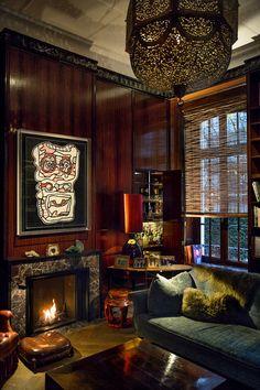 Au coin d'une cheminée, dans le salon-fumoir aux murs revêtus de palissandre indien, une peinture de Jean Dubuffet bouscule un peu l'ambiance feutrée et orientalisante. © Harry Gruyaert
