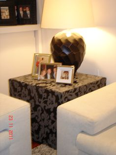 Mesa tapizada a medida para esquina entre sofas.