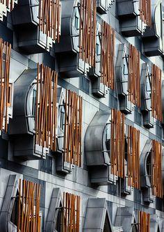 Contemporary Edinburgh Architecture at Scottish Parliament Building by Catalan architect Enric Miralles. Dynamic Architecture, Facade Architecture, Sustainable Architecture, Amazing Architecture, Contemporary Architecture, Alvar Aalto, Le Corbusier, Scottish Parliament, Unique Buildings
