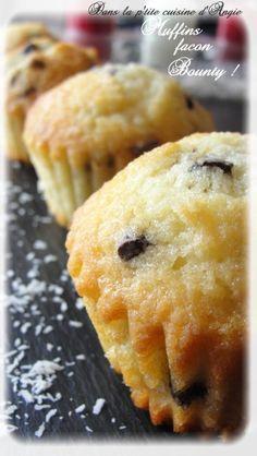 Hellooooooo ! qui aime les Bounty ??! Vous ? alors cette recette tombe parfaitement bien .......... ! Ces p'tits muffins au bon goût de noix de coco & chocolat, sont Exquis ! y'a pas d'autres mots ! Moi j'adore quand ils ont passé un peu de temps au frigo,...