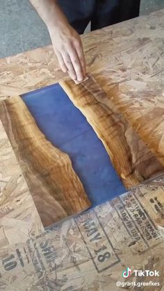 Diy Resin Projects, Wood Projects That Sell, Wood Projects For Beginners, Easy Wood Projects, Woodworking Projects That Sell, Diy Woodworking, Diy Resin Desk, Diy Resin Wood Table, Epoxy Resin Wood