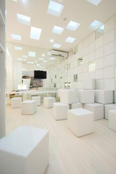 When the dentist's clinic looks like that it definitely will help take some edge off the patients - the white dental bliss