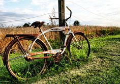 Old Bicycle leaning on fencepost. Old Bicycle, Bicycle Art, Fine Art Photography, Landscape Photography, Photography Ideas, Buy Bike, Bike Style, Vintage Bicycles, Scene