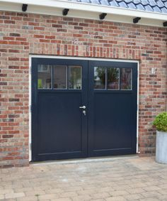 Houten garagedeuren - Lilly is Love Garage Playroom, Garage Office, Garage Room, Garage Studio, Basement House, Garage Door Styles, Garage Door Design, Backyard Gates, Garage To Living Space