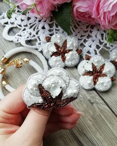 HANDMADE БРОШИ▪️Тюмень (@erokhina_studio) • Фото и видео в Instagram Christmas Wreaths, Brooch, Holiday Decor, Jewelry, Christmas Swags, Jewellery Making, Holiday Burlap Wreath, Jewelery, Brooches