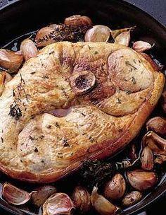 Recette rouelle de porc aux gousses d'ail : Faites dorer de chaque côté la rouelle dans une poêle bien chaude. Disposez la viande dans le plat, entourez-la...