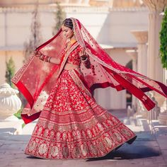 We're head over heels for this quintessential red lehenga! Indian Bridal Photos, Indian Bridal Outfits, Indian Designer Outfits, Bridal Dresses, Reception Dresses, Designer Bridal Lehenga, Indian Bridal Lehenga, Bridal Poses, Bridal Photoshoot