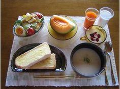 Японский завтрак: мисо-суп, бобовые, рис, рыба, тофу в соевом соусе.
