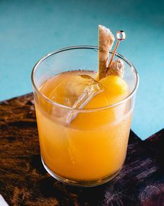 The Penicillin cocktail is a modern classic! Featuring Scotch with the flavors of honey, lemon and ginger, it's got a unique, high-end vibe.   best cocktail recipes   scotch drink recipes   best alcoholic drinks   #penicillin #scotch #penicillincocktail #cocktail #scotchcocktail Famous Cocktails, Classic Cocktails, Fun Cocktails, Cocktail Drinks, Scotch Drink Recipe, Alcoholic Drinks To Make At Home, Penicillin Cocktail, Scottish Drinks, Tea Recipes