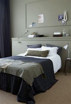 De slaapkamer heeft door de donkere aardetinten een stoere en warme ...