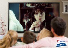 """""""Guida galattica per autostoppisti"""" è una bizzarra space-comedy del 2005. Ecco l'attrice #ZooeyDeschanel mentre, tra una disavventura intergalattica e l'altra, beve un gustoso #milkshake… forse alla fragola? #LacteaseMovies"""