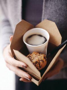coffee on the go. Me recuerda días en Londres, Take away please. #Coffe #muffin