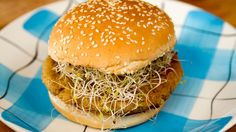 Semaine 1. C'est bien meilleur qu'un Big Mac. Au menu: burger aux lentilles Vege Burgers, Lentil Burgers, Salmon Burgers, Vegetarian Barbecue, Vegetarian Recipes, Healthy Recipes, Original Recipe, Youtube, Easy Meals