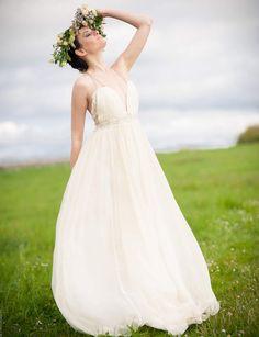 Robe de mariée fluide Légère et fluide, Lily est en mousseline de soie, dentelle de coton et bretelles en cuir. Un travail de plis et de drapé habille la silhouette.Sur mesure, prix entre 2000 et 2700 eurosModèle Lily, Confidentiel