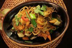 Thajské nudle (ilustrační foto) - Foto: Buddha-Bar Cebu, Japchae, Thai Red Curry, Ethnic Recipes, Buddha, Bar, Food, Essen, Meals