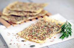 Gezonde cracker: een plak kaas met zaden en pitten, 1½minuut in de magnetron en klaar!