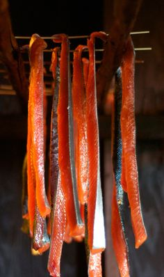Having just come back from Alaska, I'm in love with all things salmon! // From the Ocean to the Smokehouse: Preserving Salmon in Alaska Alaska Salmon Fishing, Salmon Skewers, Alaska Seafood, Smoked Salmon Recipes, Burnt Food, Sockeye Salmon, Vibeke Design, Smoked Fish, Smokehouse