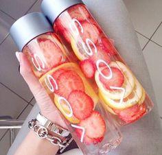 Så meget bedre, end at drikke kedeligt vand. Pift det op med noget frisk frugt.