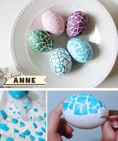 Des œufs de Pâques décorés par des écailles multicolores
