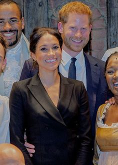 """meghanmarklesmafia: """" The Duke and Duchess of Sussex posing for photos wit the cast and crew of """"Hamilton"""" after a charity performance in aid of Sentebale. Princess Meghan, Royal Princess, Prince And Princess, Prinz Harry Meghan Markle, Meghan Markle Prince Harry, Harry Et Meghan, Prince Harry And Megan, Estilo Meghan Markle, Sussex"""