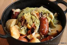 Braised green cabbage with sausages recipe Family cooking: A dish A re Sausage Recipes, Meat Recipes, Dinner Recipes, Cooking Recipes, Healthy Recipes, Healthy Breakfast Potatoes, Braised Greens, Braised Cabbage, Cooking Chef