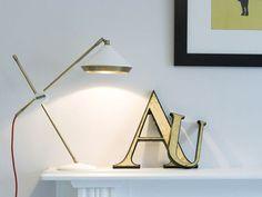 Luminária de Mesa Branca e Dourada. Designer: Bert Frank.