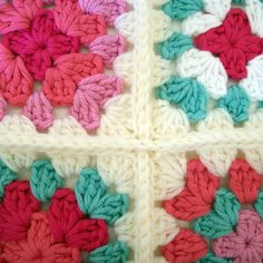 How to join granny squares using the slip-stitch method - tutorial on blog.