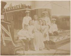 Capitão Nikolai Pavlovich Sablin, Grand Duchess Olga Nikolaevna, lady in waiting, Grand Duchesses Marie Nikolaevna e Tatiana Nikolaevna e outros officers a bordo do Imperial Yacht Standart em 1908.