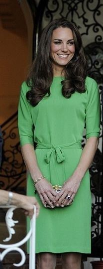 Kate Middleton Day Dress - Kate Middleton showed off her style prowess at the British Consul-General soiree in LA. The royal beauty donned a demure kelly green dress. Moda Kate Middleton, Style Kate Middleton, Princesa Kate Middleton, Style Work, Her Style, Duchesse Kate, Herzogin Von Cambridge, Emerald Green Dresses, Duchess Of Cambridge