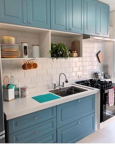 Posso querer essa cozinha para mim?? {} Linda a cor escolhida para a marcenaria em contraste perfeito com o tijolinho de metrô branco Quem mais ia amar uma cozinha assim????  { Projeto e foto: A Casa Seis } . #blogalmocodesexta #decor #decoração #olioliteam #cozinhaplanejada #cozinha