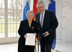 Prof. Dr. Dr. Helga Schüßler wurde vor allem für ihre Verdienste für die Wissenschaft mit einem Bundesverdienstkreuz am Bande ausgezeichnet.