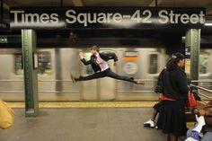 日常の中でダンサーが踊りだすとこんなことに…シュールで楽しい写真15枚:らばQ
