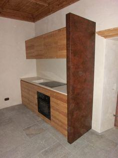 cucina in larice termico spazzolato piano e schienale in corian divisorio in legno