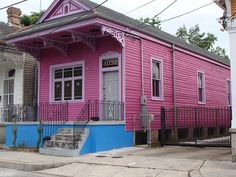 Shotgun Houses : The entire house is no wider than 12 feet (3.5 meters) Rooms are arranged in a single row, without hallways The living room is at the front, with bedrooms and kitchen behind The house has two doors, one at the front and one at the rear A long pitched roof provides natural ventilation The house may rest on stilts to prevent flood damage