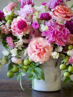 Rose arrangement Ikebana - 21 Fresh Cut Spring Flower Arrangements and Bouquets. Spring Flower Arrangements, Beautiful Flower Arrangements, Most Beautiful Flowers, My Flower, Fresh Flowers, Pretty Flowers, Spring Flowers, Floral Arrangements, Flower Ideas