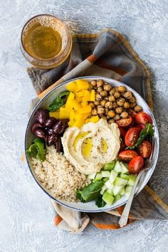 21 Mediterranean Diet Recipes Everyone Should Try A macro bowl is composed of equal parts veggies, healthy grains, and protein. This one's loaded with protein-full quinoa and hummus, and can be thrown together in. Clean Eating, Healthy Eating, Dinner Healthy, Healthy Meals, Healthy Dishes, Healthy Food, Yummy Food, Salad Recipes, Vegan Recipes