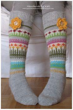 Adorable fair isle socks, minus the flower Crochet Socks, Knitting Socks, Hand Knitting, Knit Crochet, Knitting Designs, Knitting Projects, Knitting Patterns, Warm Socks, Fair Isle Knitting